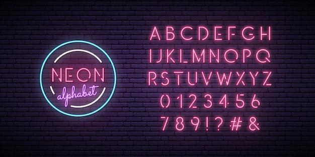 Różowy alfabet neon.