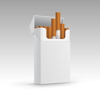 Rozpieczętowana paczka papierosy odizolowywający na tle