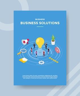 Rozwiązania biznesowe dla ludzi stojących wokół żarówki dla szablonu banera i ulotki