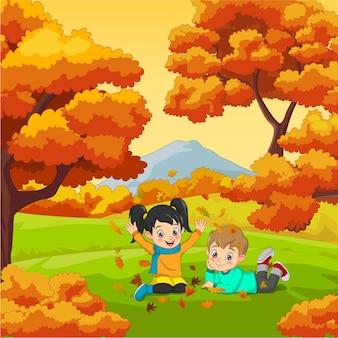 Rysunek szczęśliwe dzieci bawiące się w tle jesień