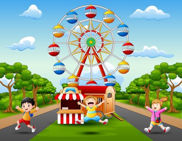 Rysunki dzieci bawią się przed wesołym miasteczkiem