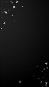 Rzadki śnieg boże narodzenie tło. subtelne latające płatki śniegu i gwiazdy na czarnym tle. urocza zima srebrny szablon nakładki śnieżynki. znakomita ilustracja pionowa.