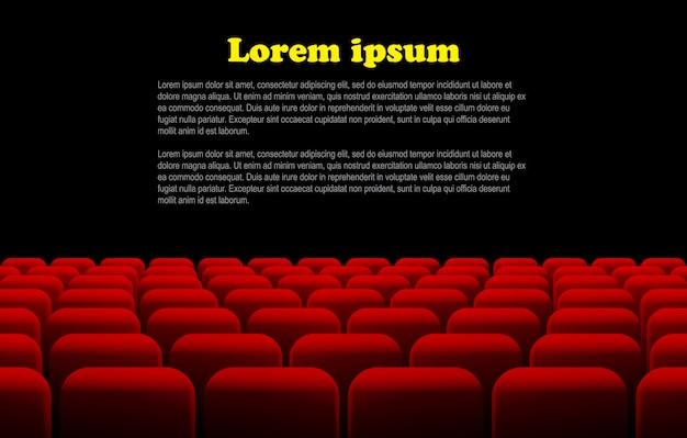 Rzędy czerwonych foteli kinowych lub teatralnych