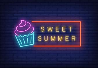 Słodki letni neon tekst w ramce z lodami. Oferta sezonowa lub reklama sprzedażowa