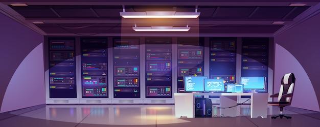 Sala data center z szafami serwerowymi, monitorami komputerowymi na biurku i krześle.