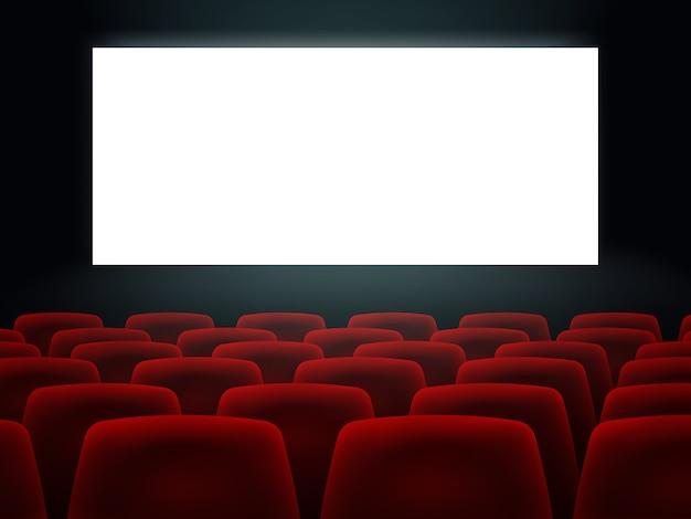 Sala kinowa z białym pustym ekranem i fotelami