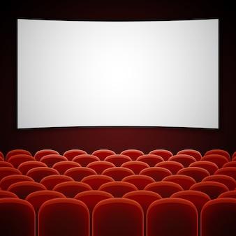 Sala kinowa z białym pustym ekranem.