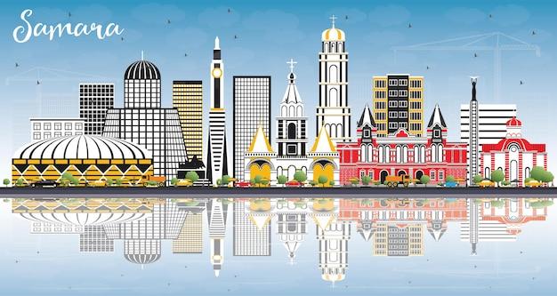 Samara rosja panoramę miasta z kolorowymi budynkami, błękitne niebo i refleksje. ilustracja wektorowa. podróże służbowe i koncepcja turystyki z nowoczesną architekturą. samara gród z zabytkami.