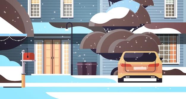 Samochód na ośnieżonym podwórku w sezonie zimowym budynek domu z dekoracjami na nowy rok i święta bożego narodzenia poziome ilustracji wektorowych