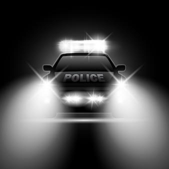 Samochód policyjny z rozbłyskami reflektorów i syreną na drodze w nocy. specjalne wiązki światła