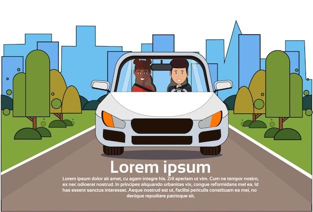 Samochód z mężczyzna i kobieta na drodze nad sylwetki miasta tłem