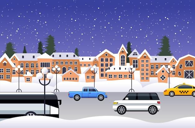 Samochody jadące drogą nad zimą miasto ulica wesołych świąt szczęśliwego nowego roku wakacje uroczystość koncepcja śnieżny miasto opady śniegu pozioma wektorowa ilustracja