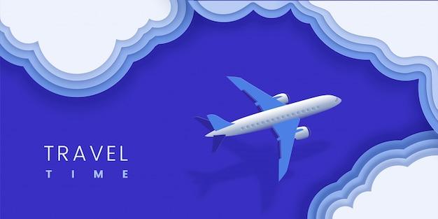 Samolot leci nad chmurami, oceanem. poziomy baner w kolorze niebieskim