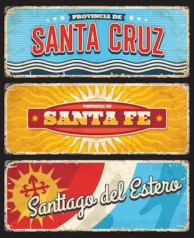 Santa cruz, santa fe i santiago del estero argentyna prowincje regionu argentyńskiego retro wektor znaki blaszane, banery lub pocztówki grungy z flagą regionu, herbem i odrapanymi bokami