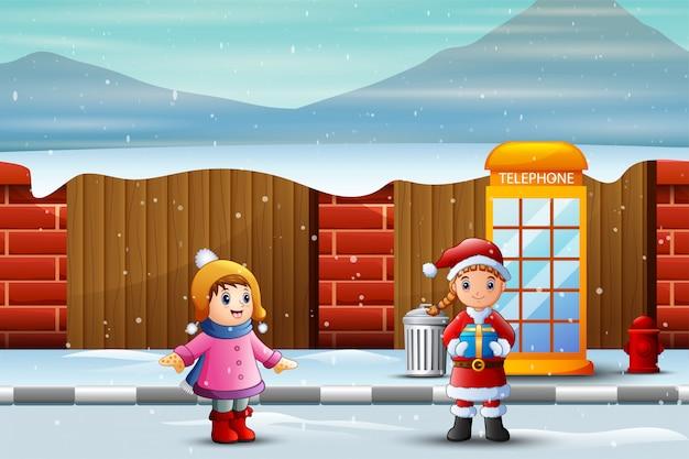 Santa dziewczyna trzyma prezent dla dzieci