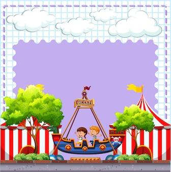 Scena cyrkowa z dwójką dzieci jadących