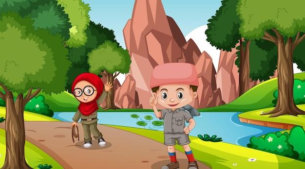 Scena natury z muzułmańskimi dziećmi odkrywającymi las?