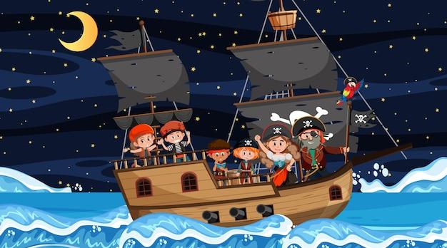Scena oceanu w nocy z pirackimi dziećmi na statku