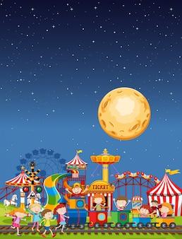 Scena parku rozrywki w nocy z księżycem na niebie