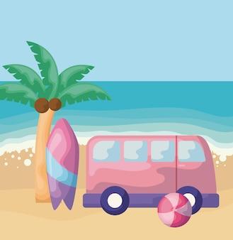 Scena plaży latem z van i desek surfingowych