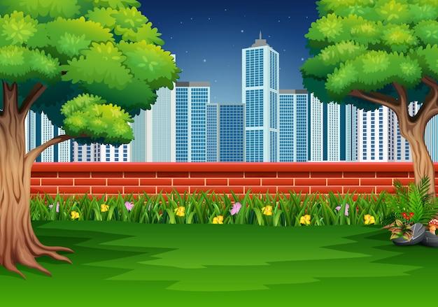 Scena przyrody z murowanym ogrodzeniem w parku miejskim