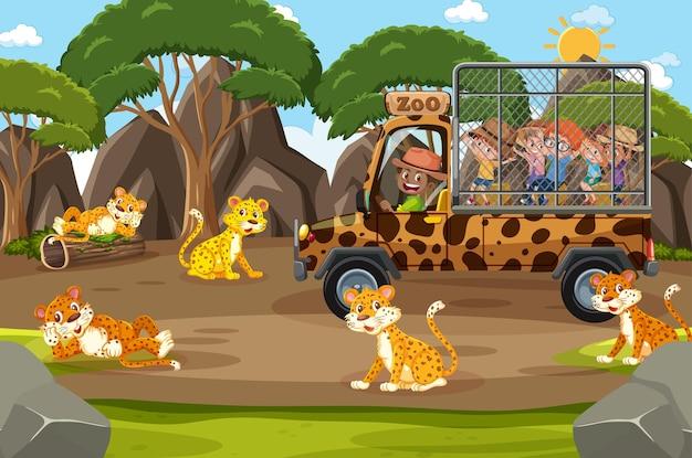 Scena safari z dziećmi w samochodzie turystycznym oglądającym grupę lampartów