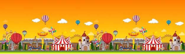 Scena w parku rozrywki w ciągu dnia z panoramą balonów