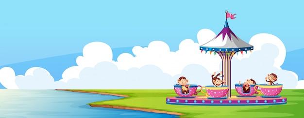 Scena z cyrkową jazdą w parku i małpami w pucharach