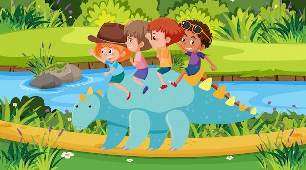 Scena z dziećmi jadącymi dinozaura w parku