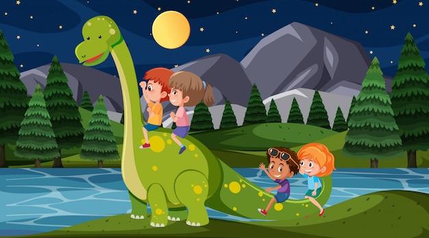 Scena z szczęśliwymi dziećmi jedzie dinozaura w parku przy nocą