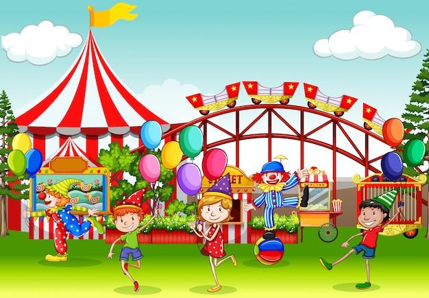 Scena z wieloma dziećmi bawiącymi się w cyrkowym jarmarku