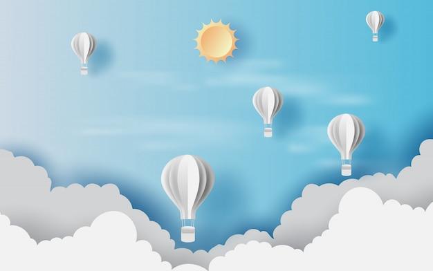 Sceneria widoków cloudscape z białymi balonami z gorącym powietrzem