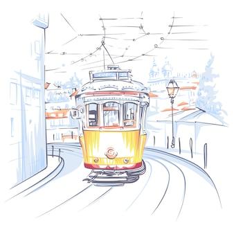 Sceniczny miasto widok sławnego rocznika żółty tramwaj na ulicie alfama stary okręg stary miasteczko, lisbon, portugalia.