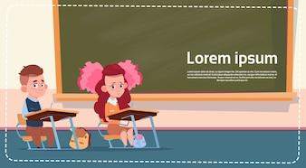 School Sall Dziewczyna i chłopak siedzi przy biurku