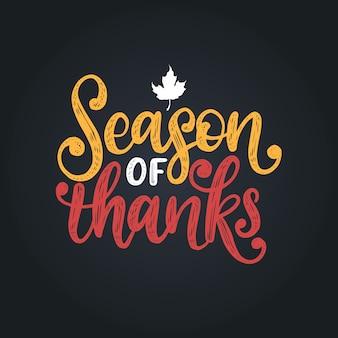 Season of thanks, ręcznie napis na czarnym tle. ilustracja z liściem klonu na zaproszenie dziękczynienia, szablon karty z pozdrowieniami.