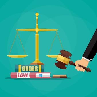 Sędzia młotek z książkami prawnymi i skalami