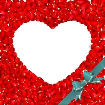 Serce z czerwonych płatków róż na białym tle.