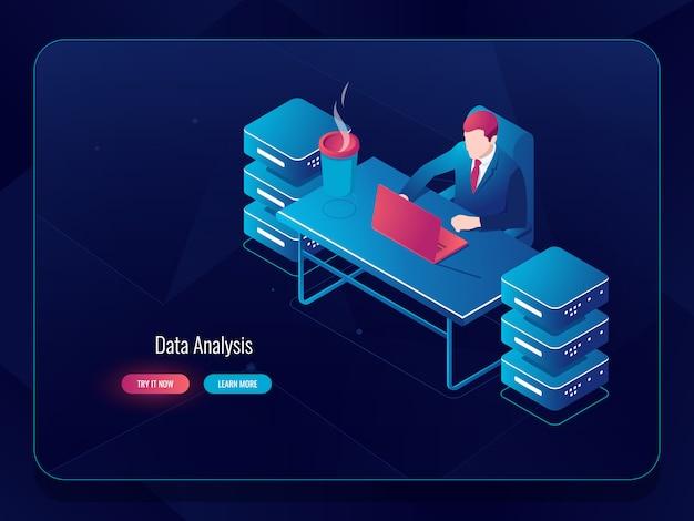 Serwer sieciowy, duże przetwarzanie danych, programista administratora systemu siedzący przy stole
