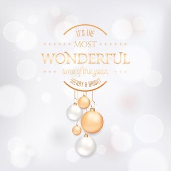 Sezon zimowy wakacje elegancki kartkę z życzeniami z xmas balls. świąteczna dekoracja w kolorach białym i złotym na niewyraźne tło ze złotą typografią. wesołych świąt, nowy rok świąteczna pocztówka