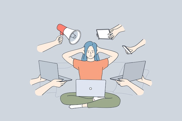 Sfrustrowana zestresowana kobieta siedzi z laptopem obejmujące uszy