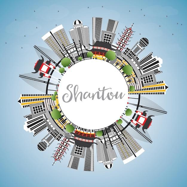 Shantou china city skyline z szarymi budynkami, błękitnym niebem i przestrzenią do kopiowania. ilustracja wektorowa. podróże służbowe i koncepcja turystyki z nowoczesną architekturą. gród shantou z zabytkami.