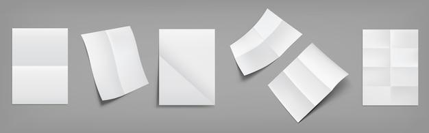 Składane puste, białe arkusze papieru ze skrzyżowanymi zagięciami z góry i widok perspektywiczny. realistyczny wektor pustej pomarszczonej ulotki, ulotki, stron dokumentów z fałdami na białym tle