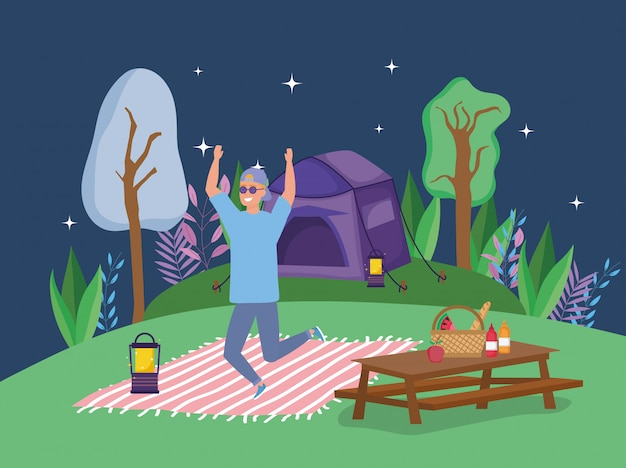 Skokowy mężczyzna jest ubranym okulary przeciwsłoneczni latarniowego koc stołowego namiotu campingowego piknik