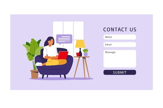 Skontaktuj się z nami szablon formularza dla strony internetowej i strony docelowej. freelancer dziewczyna pracuje w domu na laptopie.