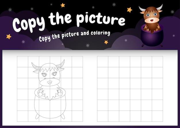 Skopiuj obrazek dla dzieci i stronę do kolorowania z uroczym bawołem za pomocą kostiumu na halloween