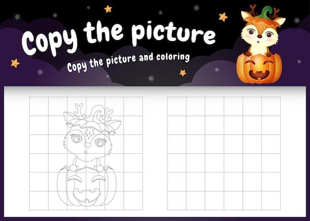 Skopiuj obrazek dla dzieci i stronę do kolorowania z uroczym jeleniem za pomocą kostiumu na halloween