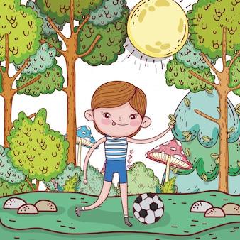 Śliczna chłopiec bawić się piłkę nożną z piłką