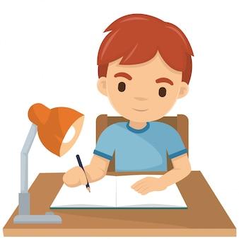 Śliczna chłopiec pisze jego pracie domowej przy nocą
