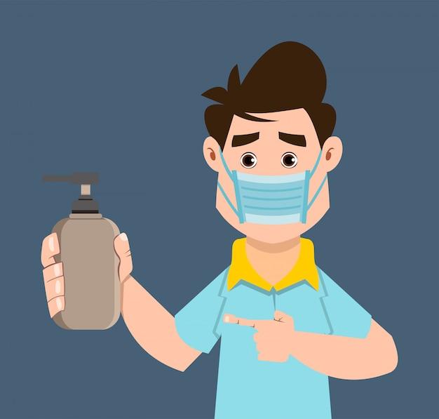Śliczna chłopiec trzyma sanitizer gel butelkę i pokazuje