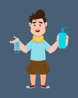 Śliczna chłopiec trzyma sanitizer gel butelkę i stawia czoło maskę i pokazuje
